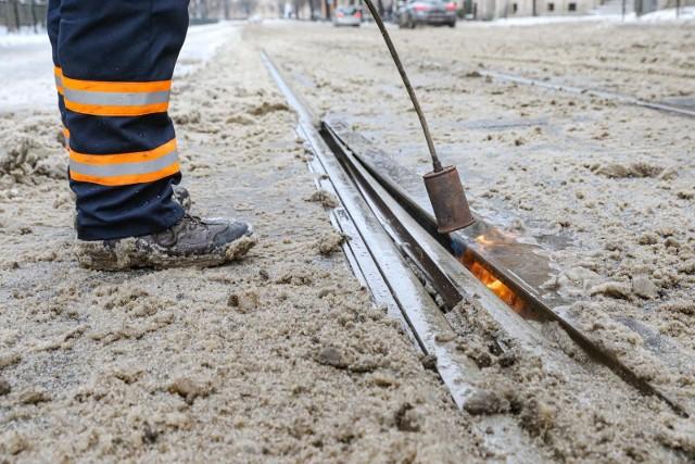 Z powodu ataku zimy 8 lutego w Krakowie doszło do 27 przypadków zablokowania zwrotnic tramwajowych. To spowodowało ogromne problemy komunikacyjne.