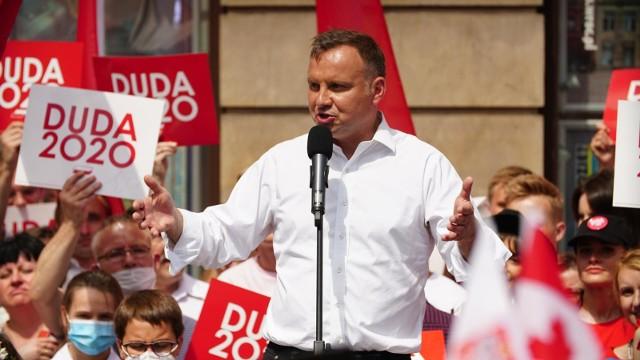 Prezydent Andrzej Duda, który walczy o reelekcję z Rafałem Trzaskowskim, kandydatem KO, składa wiele obietnic wyborczych. Większość z nich dotyczy wypłacania kolejnych świadczeń lub dotacji. Czy prezydent ma szansę zrealizować je wszystkie? Skąd znajdą się na nie pieniądze? Zobaczcie, co obiecuje przed wyborami Andrzej Duda.Aby przejść do listy obietnic wyborczych Andrzeja Dudy, wystarczy przesunąć zdjęcie gestem lub nacisnąć strzałkę w prawo.