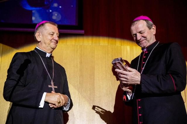 Gala wręczenia nagród MICHAŁY 2021. Nagrodę specjalną z rąk abp Józefa Guzdka otrzymał jego poprzednik abp Tadeusz Wojda