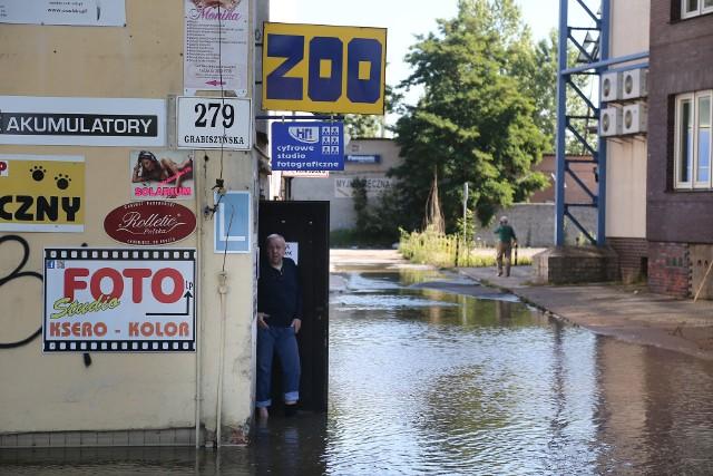 """Z powodu awarii na sieci wodociągowej nastąpiła przerwa w dostawie wody przy ulicach...Takie komunikaty możemy prawie codziennie przeczytać na stronie wrocławskiego MPWiK. Niektóre z awarii głęboko zapadły nam w pamięć. Bo kto nie pamięta, jak w roku 2013 plac Dominikański zamienił się w wielkie jezioro (czy jak twierdzili niektórzy basen na World Games)? Chcecie innych przykładów? proszę bardzo. """"Aż pięć awarii wodociągowych w mieście, w różnych miejscach. Mieszkańcy ośmiu ulic nie mają dziś wody. Ekipy robotników próbują uporać się z usterkami. Tłumaczą, że na uszkodzenia tego typu wpływ mają takie czynniki jak wahania temperatury, drgania wywoływane przez samochody czy temperatura wody w rurach"""" - informowaliśmy w styczniu 2017 r. Kilka miesięcy później donosiliśmy: """"Tuż po godzinie 13. na ul. Nowodworskiej pękła rura. W wyniku awarii zapadła się jezdnia, a mieszkańcy nie mieli wody"""". Dwa lata wcześniej informowaliśmy: """"Dwie awarie jednocześnie w centrum Wrocławia. W czwartek rano pękła rura wodociągowa i ciepłownicza tuż przy zbiegu placu Muzealnego i ul. Kościuszki. Ulica Kościuszki jest nieprzejezdna w kierunku placu Legionów, a objazd poprowadzono placem Muzealnym"""". Kilka dni później ostrzegaliśmy czytelników: """"Po dużej awarii wodociągowej, do której doszło w niedzielny poranek, wciąż zamknięte są dwa pasy przy skrzyżowaniu placu Społecznego z ul. Oławską. Następnie na samej Oławskiej (w kierunku pl. Dominikańskiego) wyłączony jest jeden pas ruchu"""". Przypomnijmy sobie więc pękające rury i problemy, jakie powodowały awarie wodociągowe.Na zdjęciu awaria głównej magistrali wodociągowej Wrocławia przy skrzyżowaniu ulic Hallera i Grabiszyńskiej, rok 2015"""