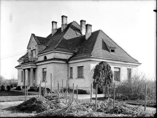 Zdjęcie archiwalne jednej z willi osiedla przyfabrycznego. Zanim jeszcze pojawiły się drzewa i park.