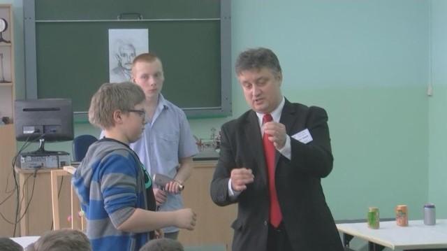 Grzegorz Słowik cierpliwie objaśniał wszystkie eksperymenty.
