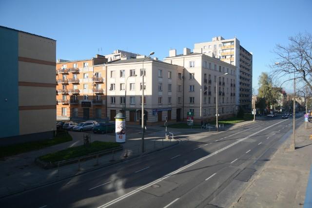 Niedzielne popołudnie w Radomiu, centralna ulica miasta świeci pustkami.