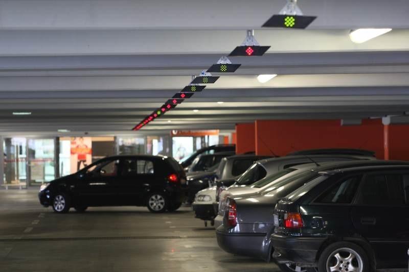 O wolnych miejscach na parkingu informują zielone lub czerwone lampki.