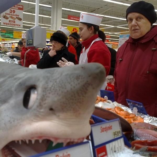 Największą sensacją jest stoisko z ofertą ryb. Na post jak znalazł. A kto się skusi na rekina?