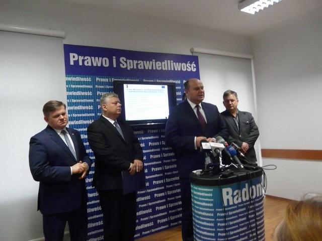 Parlamentarzyści Prawa i Sprawiedliwości podczas czwartkowej konferencji prasowej poinformowali o unijnej dotacji dla Wodociągów Miejskich w Radomiu.
