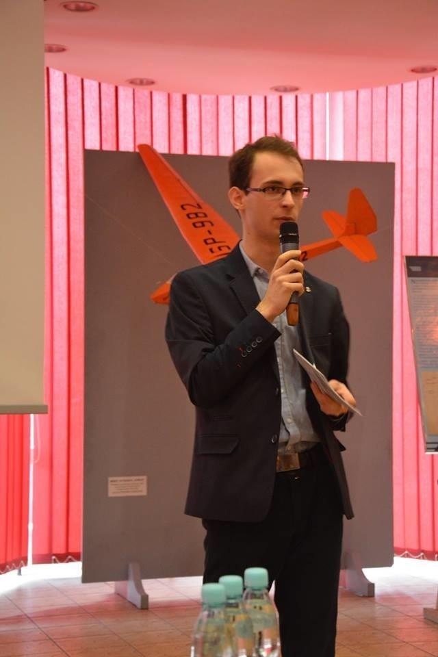 Konrad Kulig podczas prelekcji o postępach prac nad filmem o Antonim Kocjanie