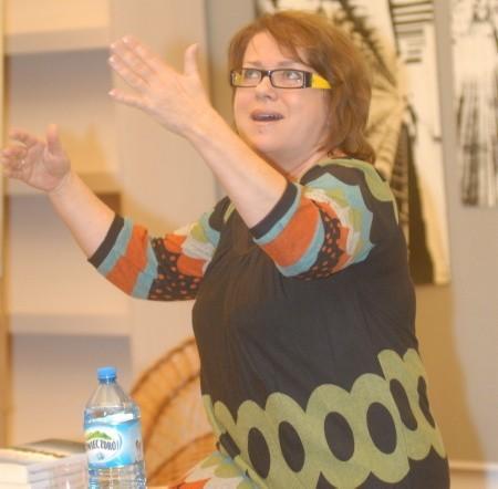 Małgorzata Kalicińska, warszawianka, zadebiutowała w wieku 50 lat. Jej pierwsza książka rozeszła się w nakładzie ponad 60 tys. sztuk, podobnie jak druga. Obie były kilka razy notowane w pierwszych dziesiątkach bestsellerów Empiku.