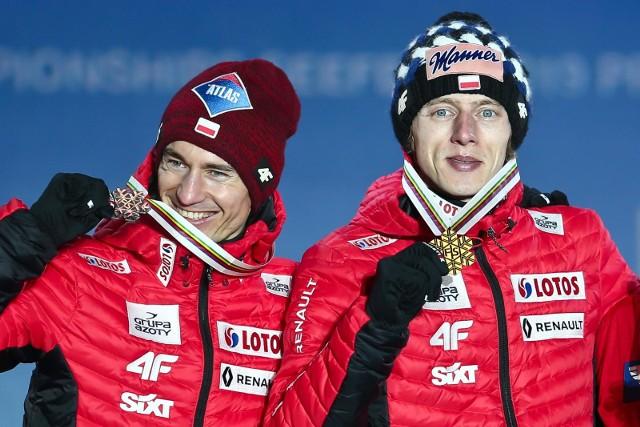 Kamil Stoch (z lewej, obok Dawid Kubacki) wygrał rok temu cykl Raw Air