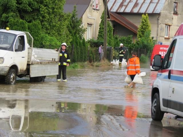 Woda ze szlamem zalałą domy i drogi w powiecie wadowickim