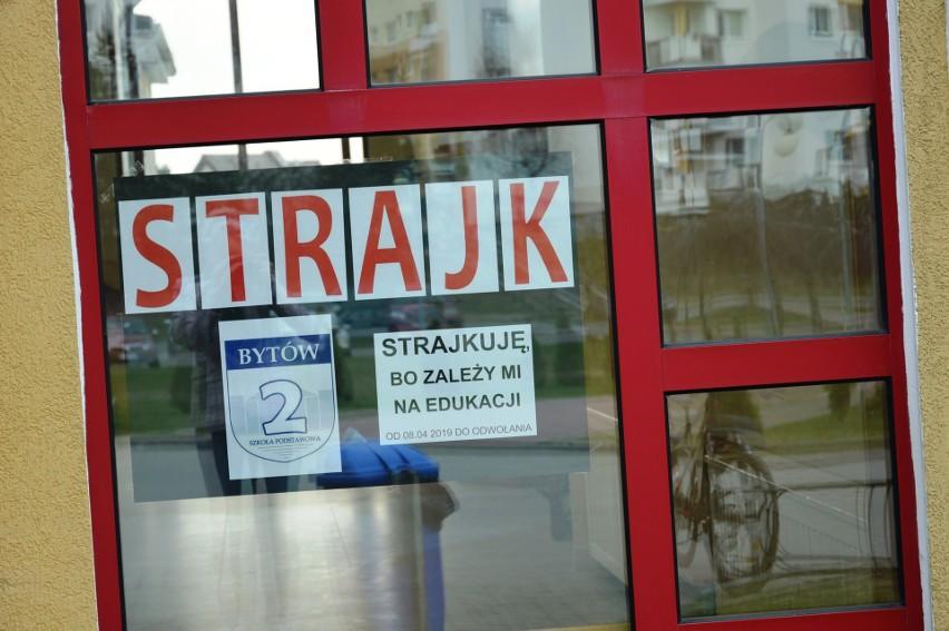 Większość nauczycieli w Bytowie strajkuje.