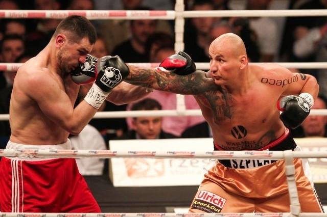 Artur Szpilka (z prawej) nie namęczył się w walce z Bidienką.