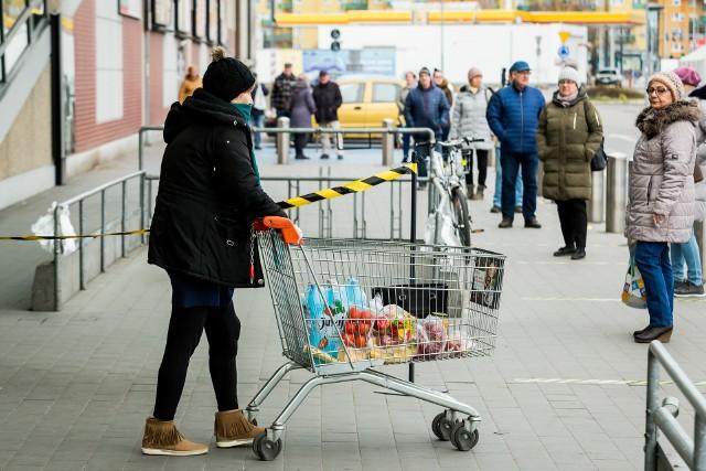 Od 1 kwietnia obowiązuje zasada, że do każdego sklepu zarówno małego, jak i wielkopowierzchniowego może wejść maksymalnie trzy razy tyle osób, ile jest kas. Przed bydgoskimi marketami i sklepami osiedlowymi ustawiają się kolejki.