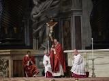 """Rzym: Papież Franciszek podczas drogi krzyżowej w Koloseum wyliczał """"wszystkie krzyże świata"""""""