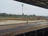 Stadion Sandecji wypięknieje. W ciągu kilku dni położą nową murawę [ZDJĘCIA]