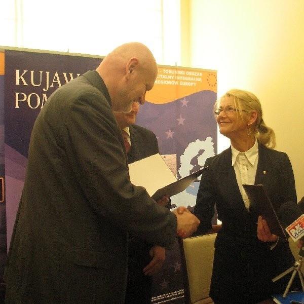 Pod stanowiskiem w sprawie metropolii podpisali się m.in. marszałek Całbecki (na zdjęciu w środku) oraz wiceprezydent Bydgoszczy Lucyna Kojder-Szweda (z prawej) i prezydent Torunia Michał Zaleski (z lewej)
