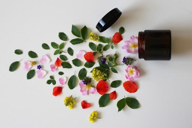 """Naturalny znaczy bezpieczny – tak uważają klientki, które na co dzień wybierają naturalne kosmetyki. Czy to jednak reguła? Jakie jeszcze mity wpływają na nasze decyzje przy zakupach? Sprawdź, za co docenić """"zieloną"""" pielęgnację, a które błędne informacje lepiej zignorować!"""