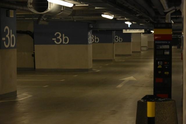 Takich pustek, jakie zapanowały dziś na podziemnym parkingu dworca Łódź Fabryczna, nie widziano tam chyba od momentu oddania go do użytku. Na poziomie -3 - pustki. Nie ma żadnego auta.ZOBACZ ZDJĘCIA