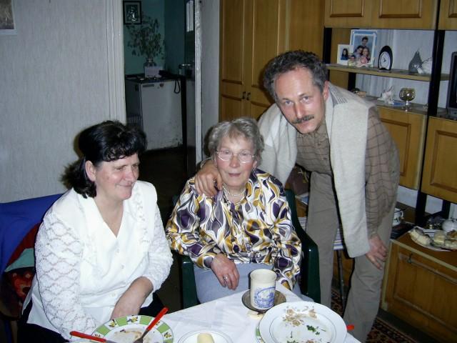 Pięć lat temu Urszula Kaczmarek (na zdjęciu z synem) na rzecz sąsiadki zrzekła się działki. Według biegłych nie działała świadomie