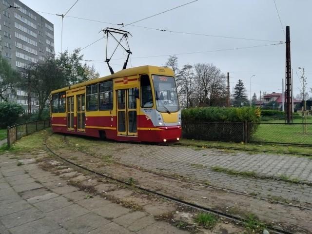 Na przystanku tramwaju nr 41 w Łodzi Grzegorz Schreiber, marszałek województwa, poinformował o dodatkowym dofinansowaniu projektu przebudowy tej linii od granicy Łodzi przez gminę Ksawerów i miasto Pabianice.