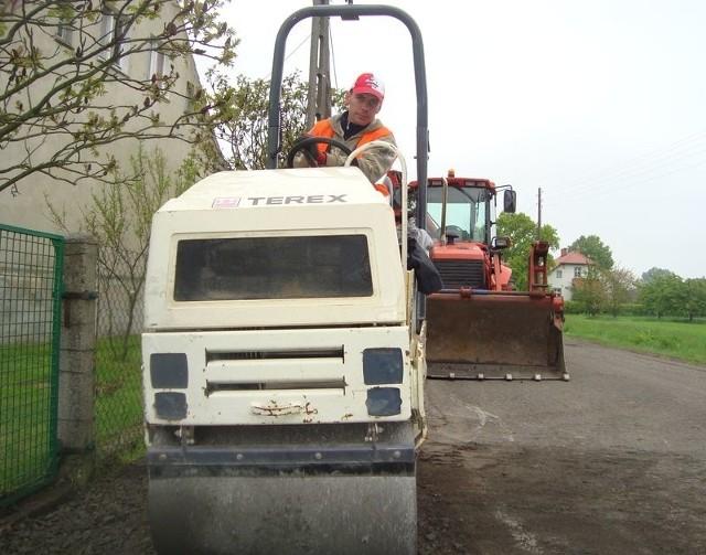 Maszyny drogowców w końcu wjechały na drogę z Bycza do Tarnowa Byckiego. Sławomir Pawlik z nowosolskiej firmy Daw-Bud małym walcem równa dojazdy do posesji.