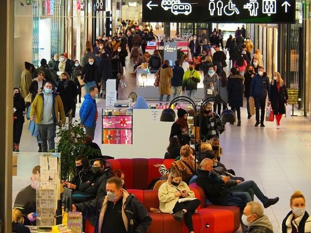 Ostatni dzień działalności galerii  handlowych przed lockdownem. Galerie i centra handlowe w Łodzi  w piątek 19 marca 2021 przygotowane są na szturm klientów. Ostatni dzień, w którym mogą funkcjonować w pełnym zakresie przed trzytygodniowym lockdownem faktycznie przyciąga wiele osób na zakupy.W sklepach dziś prawdziwe tłumy. ZOBACZ NASZĄ GALERIĘ ZDJĘĆ - KLIKNIJ DALEJ