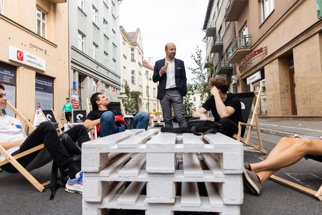 Inaugurując Europejski Tydzień Zrównoważonego Transportu w Rzeszowie prezydent Konrad Fijołek zaprezentował instalację, która stanęła na ul. Jagiellońskiej zamieniając ją w deptak