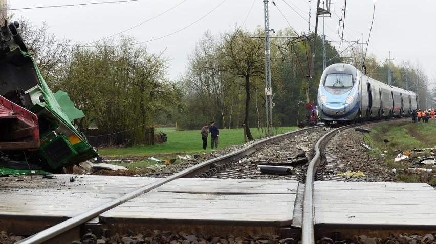 Do zderzenia pendolino z ciężarówką w Schodni pod Ozimkiem doszło 7 kwietnia.