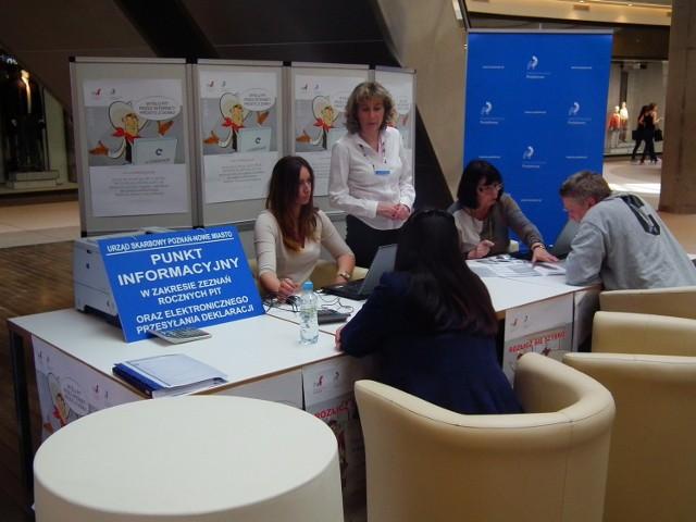 Już podczas pierwszej godziny pracy w Galerii Malta pracownicy skarbówki pomogli 15 osobom