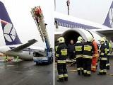 Trwa podnoszenie Boeinga 767 na warszawskim lotnisku Okęcie
