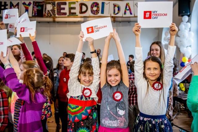 W akcję #MyFreedomDay włączyli się uczniowie Ogólnokształcącej Szkoły Muzycznej nr 2 im. Tadeusza Szeligowskiego w Poznaniu oraz Dominika Kulczyk wraz z Kulczyk Foundation.