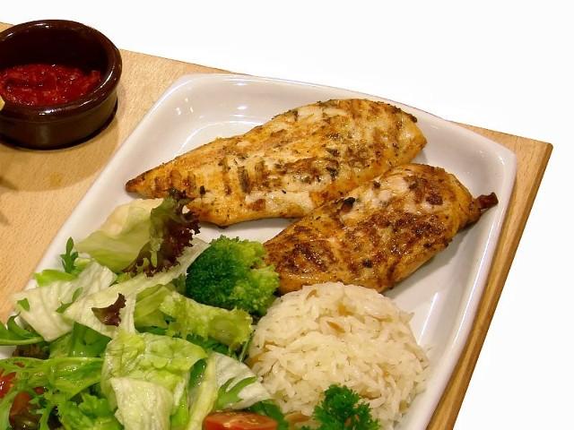 - Grillowane filety  z kurczaka można podawać z surówką i ryżem - radzi autorka przepisu.