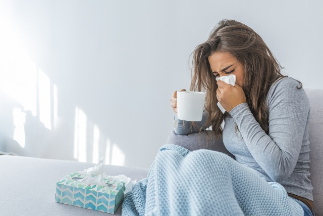 Przeziębienie może dopaść każdego, ale większość z nas swoimi nawykami sprawia, że choroba trwa dłużej, a jej objawy bardziej dają się we znaki. Sprawdź, czego nie robić, gdy jesteś przeziębiony!Przejdź do kolejnych slajdów z poradami, używając strzałki w prawo lub przycisku NASTĘPNE.