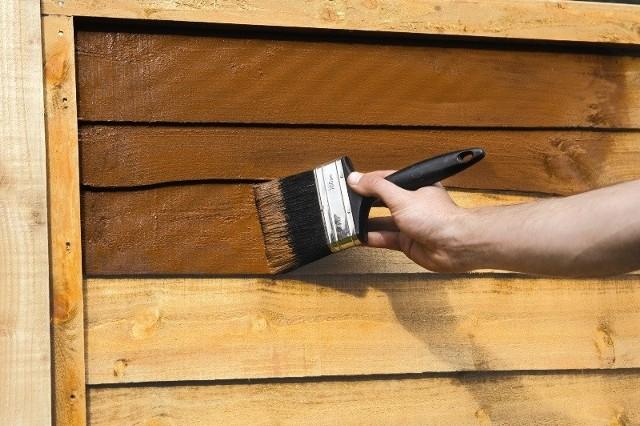 Malowanie drewnianego płotuElementy drewniane w ogrodzie wykonywane nawet z metriału najwyższej jakości, narażone są na działanie szkodliwych warunków atmosferycznych, a także zagrożeń biologicznych w postaci sinizny, grzybów oraz insektów. Dlatego tak ważne jest ich odpowiednie zabezpieczenie.