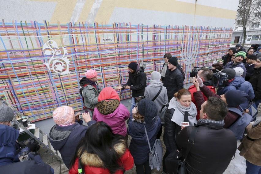 """Mural przy al. Piłsudskiego odnowiony. Zniknęła swastyka pojawiły się kolorowe dłonie. Każdy mógł """"przybić piątkę"""""""