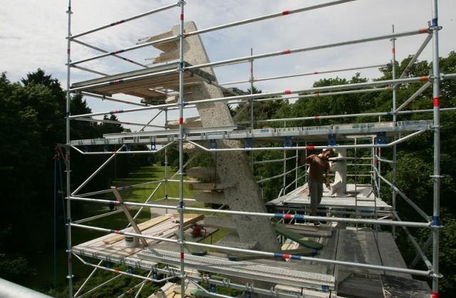 Pomnik Braterstwa Broni jest już oczyszczony. Teraz czeka go uzupełnienie ubytków, a także zabezpieczenie specjalnymi preparatami przeciwko grzybom i nalotom.