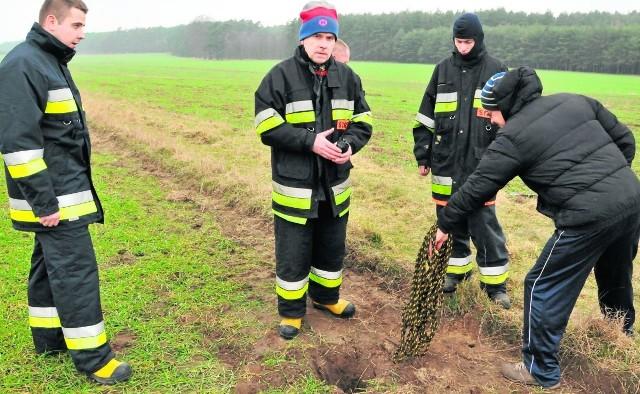 Strażacy dowodzeni przez Mariana Skibińskiego przybyli na wezwanie z pewnym niedowierzaniem. Gdy jednak w dziurze zniknęło kilka metrów linki nikt już nie posądzał nikogo o głupie żarty