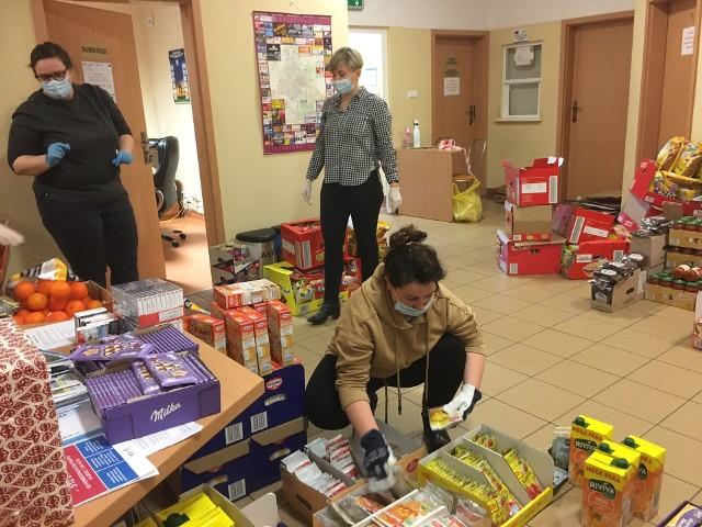 Do dzieci objętych rządowym programem dożywiania, które z powodu epidemii nie mogą jeść posiłków w szkołach, trafią świąteczne paczki