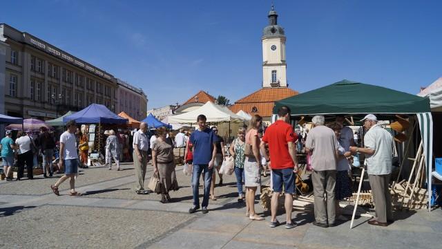 Ogromny Jarmark Świętojański wokół Ratusza przyciągnął tłumy. Na stoiskach nie brakuje rękodzieła, smakołyków kuchni regionalnej, zabawek, waty cukrowej, kwiatów i wyrobów sztuki ludowej.