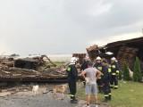 Gwałtowna burza nad gminą Klwów. Wiatr zerwał dachy z wielu domów gospodarczych i mieszkalnych. Woda wdarła się do tuneli warzywnych
