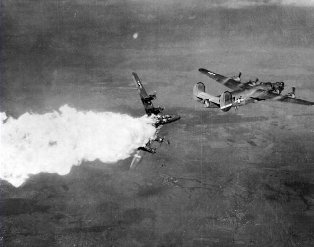Jedno ze zdjęć, które będzie można zobaczyć na wystawie. Amerykański bombowiec eksplodujący 20 listopada 1944 roku nad niemieckimi zakładami w Kędzierzynie