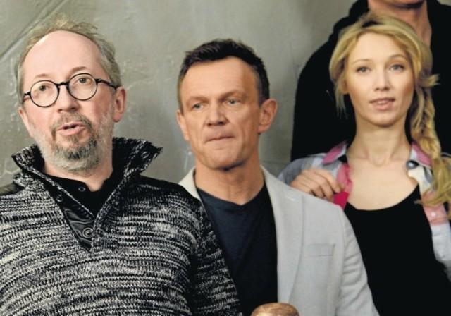 """Na planie serialu """"Przypadki Cezarego P.""""– od lewej: reżyser Maciej Ślesicki, Cezary Pazura i Joanna Orleańska."""