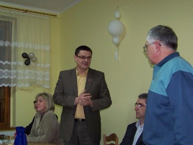 Burmistrz Sebastian Ciemnoczołowski gratuluje nowemu sołtysowi Wojnowa Czesławowi Błoszykowi