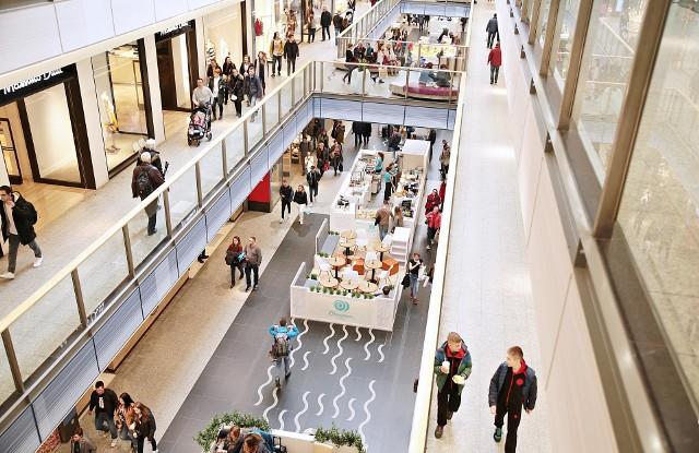 """- Prawie 80% sprzedawców uważa zintegrowanie sprzedaży i obsługi klienta w sklepie stacjonarnym ze sklepem internetowym za istotne dla rozwoju ich biznesu, wynika z raportu """"Zebra 2017 Retail Vision Study"""". Szybko bowiem okazało się, wbrew początkowym obawom, że oba kanały sprzedaży tzn. tradycyjny i online, mogą się świetnie uzupełniać, jeśli dba się o ich równomierny rozwój. Dlatego tak istotna jest cyfryzacja sklepów stacjonarnych i wprowadzanie rozwiązań technologicznych wspierających sprzedaż. Dzięki nim zyskują dwie strony – sprzedawcy zwiększają obroty oraz mogą lepiej poznać preferencje i zwyczaje zakupowe odbiorców ich produktów i usług. Klienci natomiast oszczędzają czas i otrzymują spersonalizowaną ofertę – mówi Jarosław Leśniewski, Prezes Zarządu M4B S.A."""