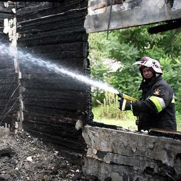 Jeszcze dzisiaj do południa strażacy dogaszali tlące się resztki konstrukcji drewnianego domu.