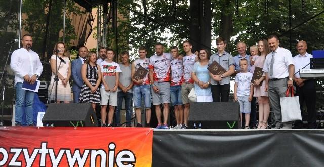Laureaci stypendiów i nagród burmistrza z organizatorami Dni Nowego Brzeska