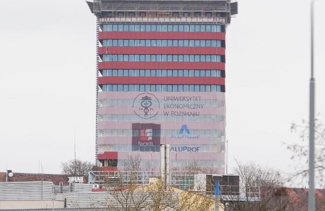 Trwa remont Collegium Altum w Poznaniu. Jeden z najbardziej charakterystycznych budynków w stolicy Wielkopolski zyska nowe oblicze. Już teraz widać, jak będzie wyglądać po remoncie. Zobacz naszą galerię i przekonaj się, jak prezentować się będzie budynek Uniwersytetu Ekonomicznego.Przejdź do galerii --->