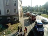 W kamienicy palił się dach. 4 osoby trafiły do szpitala [ZDJĘCIA]
