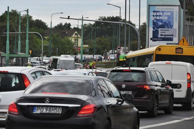 Poważne utrudnienia przy Śródce, a także przy ul. Głogowskiej zakończyć się mają do końca wakacji, jednak nie wszystkie inwestycje uda się zamknąć do września i w okres powakacyjny wkroczymy razem z korkami.