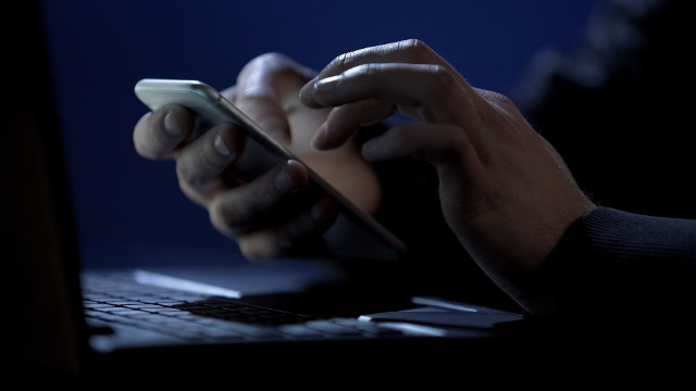 """W Internecie nie brakuje oszustów, którzy mają coraz więcej sposobów na kradzież cudzych danych, a w konsekwencji pieniędzy. Pomocne są do tego aplikacje, które na pierwszy rzut oka nie wyglądają podejrzanie. Niestety, zabezpieczenia w telefonach nie zawsze są w stanie wykryć złośliwe oprogramowanie, które może posłużyć hakerom na przykład do przeprowadzenia popularnego ostatnio oszustwa """"na Blika"""". W galerii prezentujemy listę wycofanych ostatnio aplikacji przez Google. Serwis usunął już je ze swojego sklepu, jednak z telefonów sami musimy je odinstalować!Czytaj dalej. Przesuwaj zdjęcia w prawo - naciśnij strzałkę lub przycisk NASTĘPNE"""